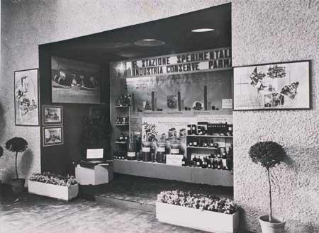 1. Lo stand della Regia Stazione sperimentale per l'industria delle conserve alimentari di Parma in occasione di una delle prime edizioni della fiera delle conserve e degli imballaggi al Parco Ducale