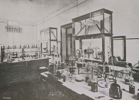 2. Un laboratorio della Regia Stazione sperimentale per l'industria delle conserve alimentari di Parma alla fine degli anni Venti del Novecento