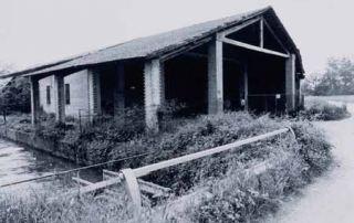 Edificio di servizio della Fabbrica delle conserve sorta a ridosso della Corte di Giarola nel 1907. È riconoscibili l'alveo del canale Naviglio Taro, utilizzato per fornire la forza motrice al mulino di Giarola e, successivamente, alla fabbrica delle conserve