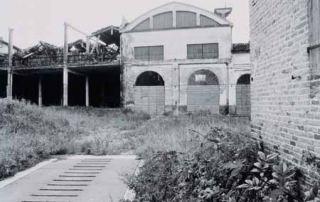 Relitti della Fabbrica delle conserve di Giarola, gestita dal 1924 da Giovanni Jenni con il socio Azzali fino all'inizio degli anni Sessanta. Era dotata, al suo interno, di una batteria di sei bolle per la concentrazione del succo di pomodoro