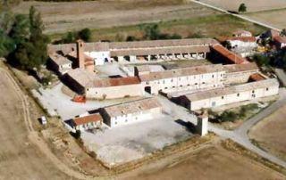Veduta aerea della Corte di Giarola. Si nota, al fondo, il lungo porticato antistante la stalla grande, sede del Museo del Pomodoro: (Foto L. Galloni, 2004)