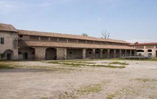 La vasta corte interna del complesso di Giarola con il corpo della stalla grande