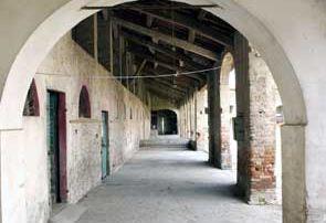La prospettiva del porticato interno della Corte di Giarola. Qui transitava il tracciato della Via Francigena, che consentiva ai pellegrini di raggiungere il valico della Cisa