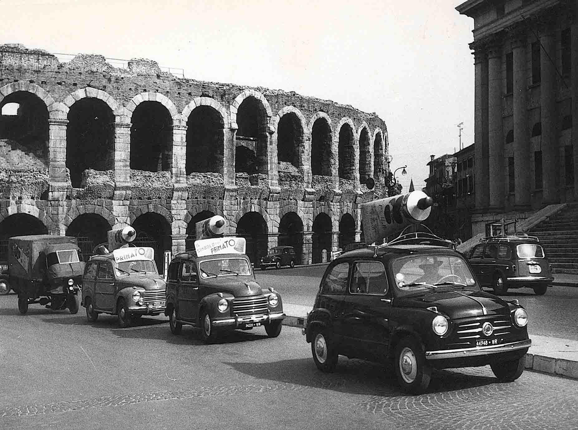 uto pubblicitarie a Verona per la promozione del concentrato in tubetto negli anni Sessanta del Novecento