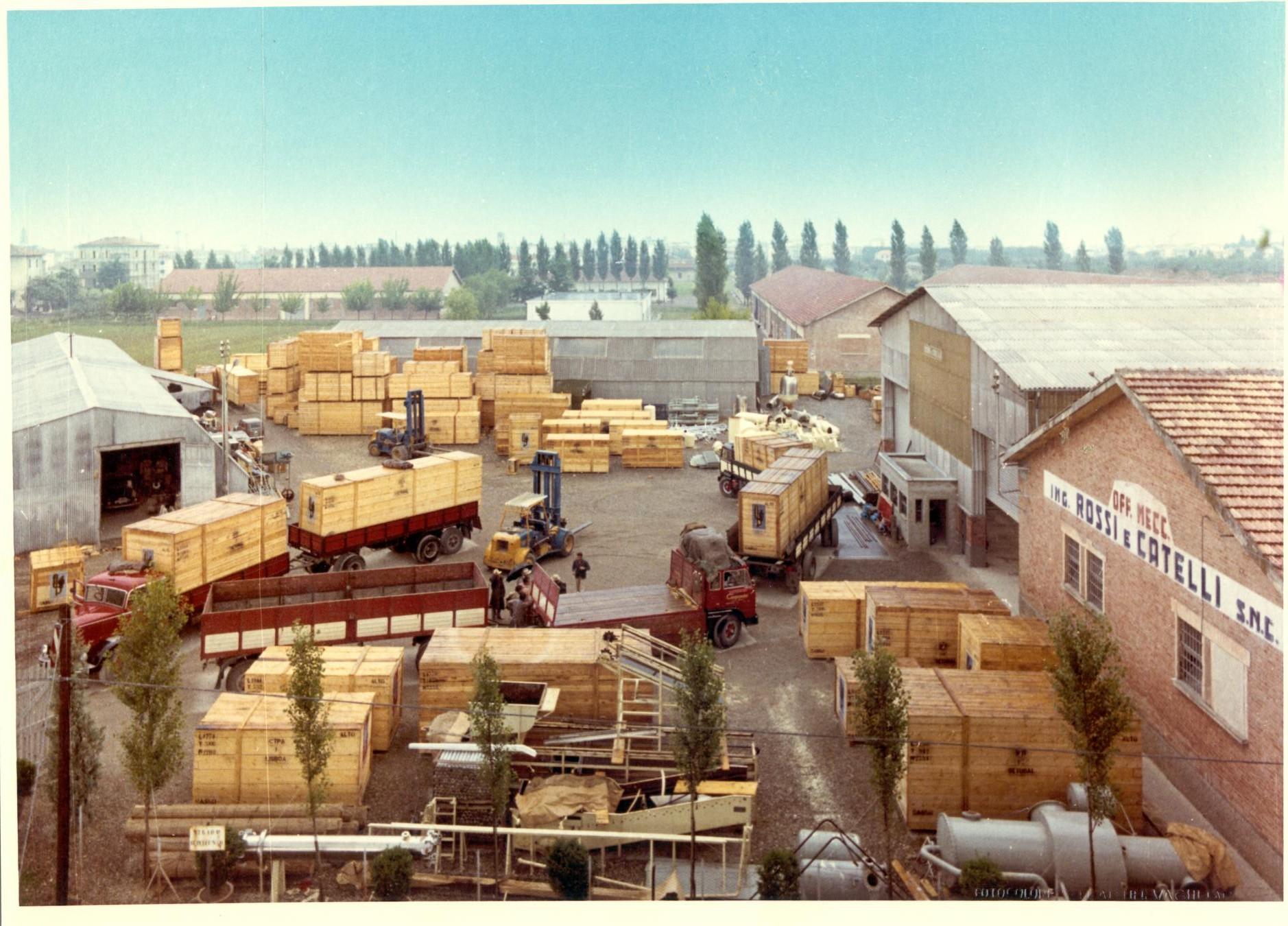Macchinari in partenza dallo stabilimento Rossi & Catelli negli anni Ottanta del Novecento.