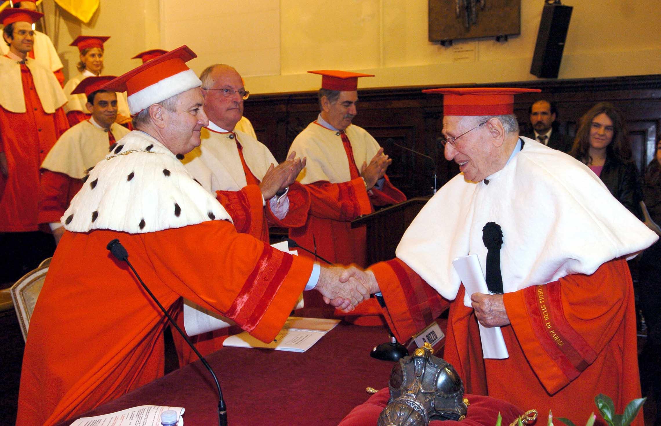 """Il Rettore magnifico dell'Università di Parma, Gino Ferretti, consegna la Laurea """"Honoris Causa"""" in ingegneria meccanica a Camillo Catelli il 12 ottobre 2004."""